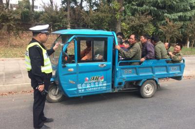 """公路上玩杂技?镇江新区一辆三轮电动车竟装了14人上演""""叠罗汉"""""""