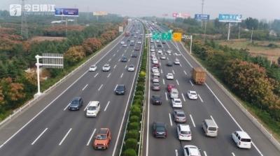 国庆长假江苏高速单日流量创新高 占应急车道同比降四成多