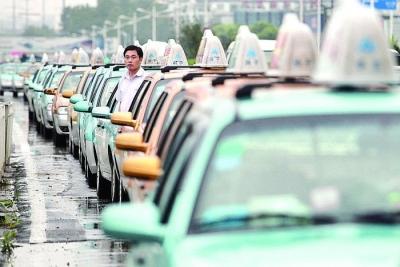 """沈阳一出租司机想""""并客""""遭拒 撵乘客下车称""""去告吧"""""""