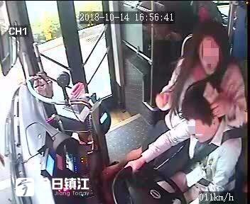 踢车门,抢方向盘,坐到司机身上拉扯,镇江新区一女子公交车上撒泼被刑拘了