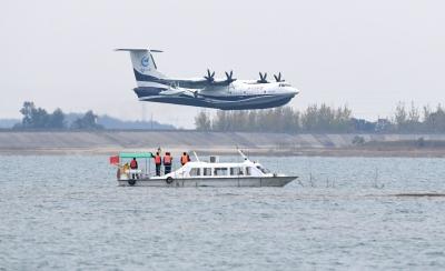 习近平致电祝贺国产大型水陆两栖飞机AG600水上首飞成功 李克强作出批示表示祝贺