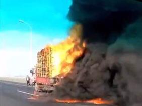苏通大桥上一货车突发自燃,大桥由南向北堵了十几公里