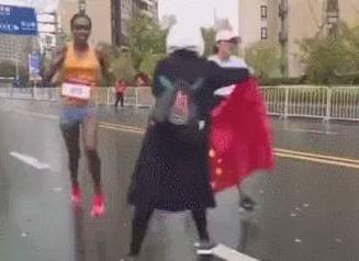 苏州马拉松被扰选手何引丽:递国旗志愿者没必要自责