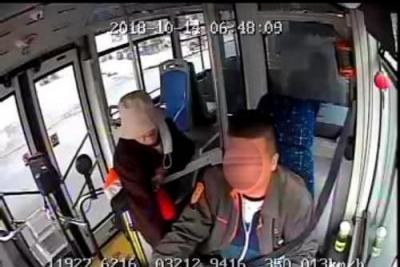 又有不要命的!镇江八旬老太抢公交司机方向盘,殴打司机