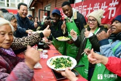 留学生为老人做菜庆国际大学生节 感叹本国养老要多服务