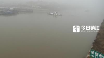 苏南运河镇江段大雾来袭 能见度不足百米 船舶抛锚扎雾