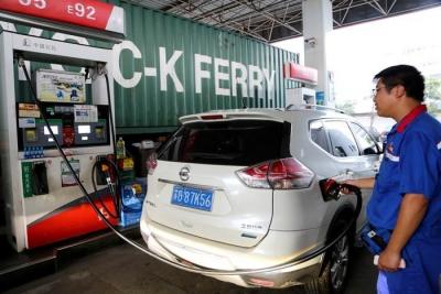 """30日国内成品油价将迎""""三连跌"""" 加满一箱油或少花20元"""