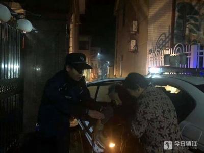 九旬老人晚上外出散步迷路  民警送回途中遇上暖心一幕