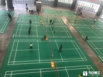 @运动达人:镇江体育馆羽毛球场开启,规模全市最大