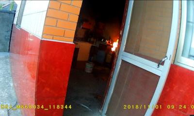 居民家中煤气罐着火 民警紧急救助