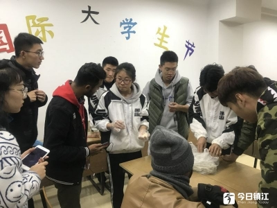 纪念国际大学生节 留学生包饺子体验中国文化