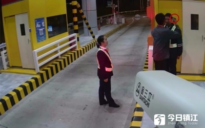 """镇丹高速丹阳北收费站一收费员被人持""""枪""""威胁"""