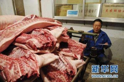 """禽畜市场现""""跷跷板"""":猪肉价普跌 鸡肉价连涨"""
