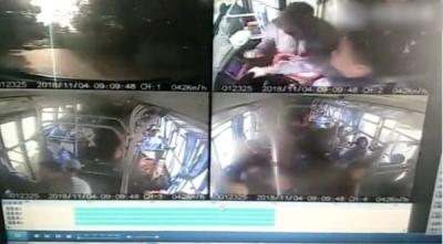 又有人抢方向盘,司机一掌拍开将车稳稳停!