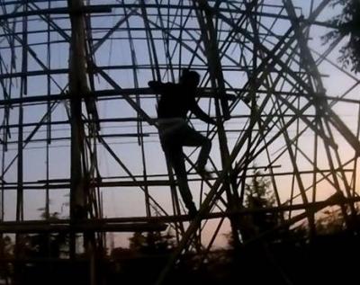 邻里纠纷一时冲动,丹徒一女子爬上10米高脚手架扬言自杀