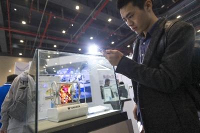 """全球400余家光电企业参展""""中国光谷""""光博会"""