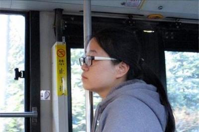 镇江一名给老人让座的女孩说了句谎言,却暖了整个车厢