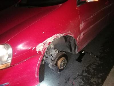 为避让一只小狗 轿车撞路牙受损