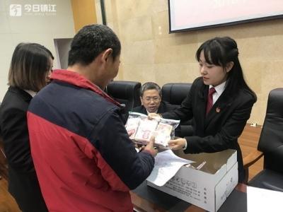 拘留15日决定出来后,他将24万拖欠工资款送到法院
