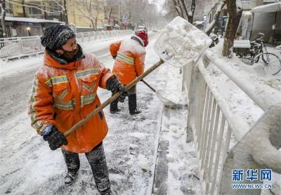 持续降雪超12小时 致乌鲁木齐交通出行受影响