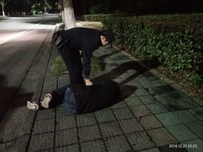 男子冬夜醉卧街头,民警及时救助送其回家