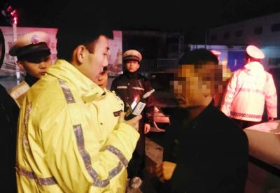 男子下雨天酒后驾车  被查后竟连声责怪警察