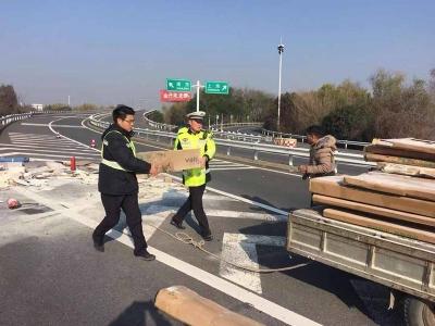 高速路上货车突发火灾  交警紧急救援