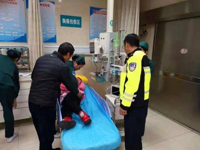 小孩意外受伤紧急送医遇晚高峰  警车护航为生命打造绿色通道