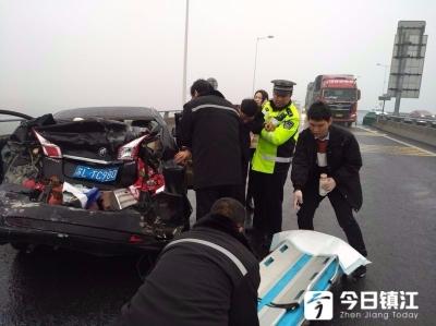 刚刚,扬溧高速突发半挂车追尾小汽车事故!雨天路滑酿悲剧……