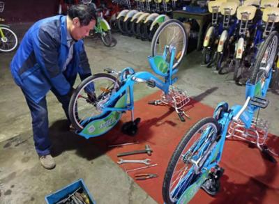 """公共自行车冬季""""保养""""忙,为辛勤付出的维修工点赞"""