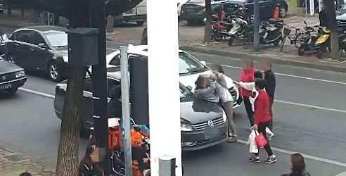 母女街头随意横穿马路差点被撞,狂甩司机十几个耳光