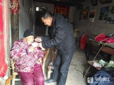 镇江退役老兵送锦旗感谢救助的背后:曾经深藏功与名,生病担忧老母亲