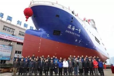 """中国首艘载人潜水器""""深海一号""""入水 为蛟龙号探洋添翼"""