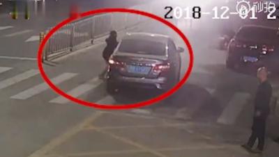 警方通报女童牵大人过马路被碾:路口无红绿灯司机系新手