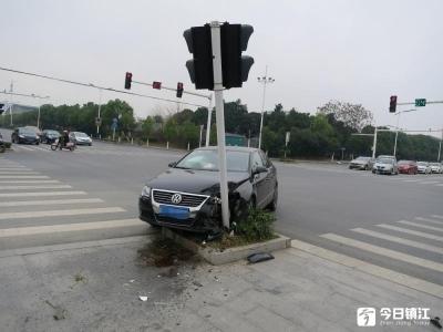 女司机开车玩手机 左转弯撞上信号灯