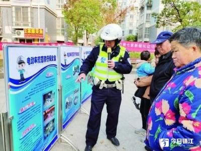 交通安全知识宣传进社区
