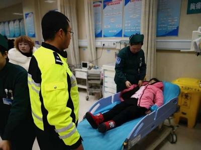 儿童玩耍摔成重伤   民警开路紧急救援