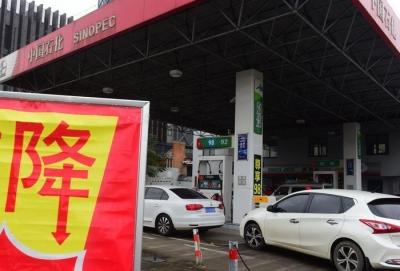 """油价""""五连跌""""来了:加满一箱油节省14.5元"""