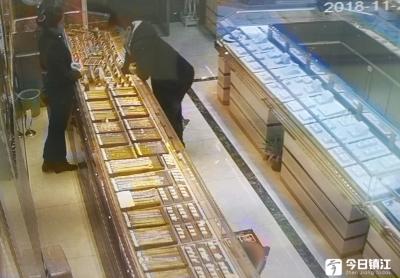 谎称购买礼物 男子抢夺手链