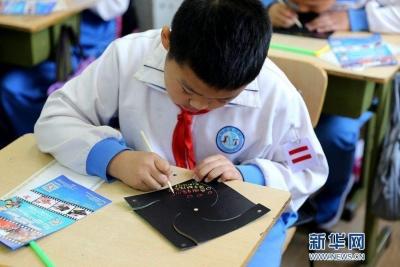 江西中小学生禁带手机入课堂 小眼镜数量将纳入考核