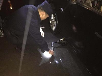 女司机夜晚车子爆胎,幸得过路民警及时想住
