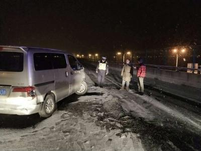 雪情即警情 交警一夜未眠积极应对冰雪,全力保畅通防事故