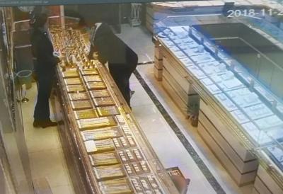 光天化日 丹阳一金店被人抢走一条金手链