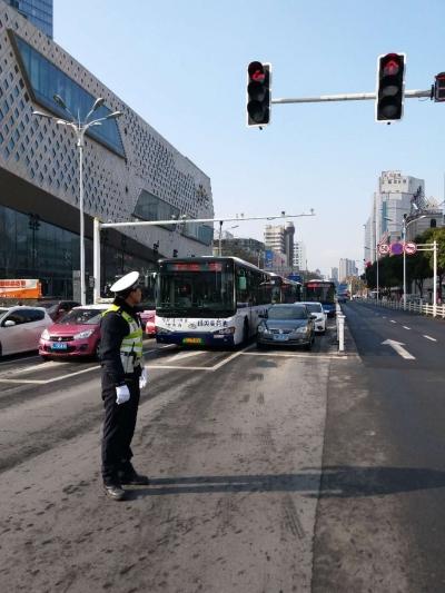 警察蜀黍提醒:今天下午几大商场停车场将会饱满,建议调整出行方式