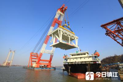 镇江长江大桥首个边跨大节段钢梁架设成功