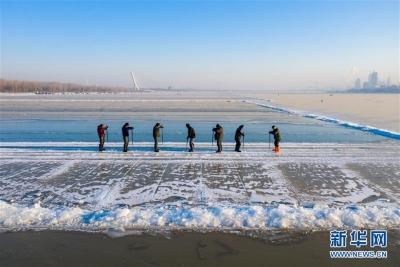 松花江上采冰忙