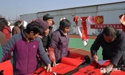 丹阳书画爱好者齐送祝福 现场为村民写春联
