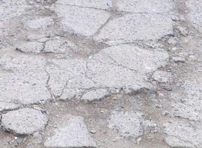 丹阳乾泽园居民求助:路面坑洼存隐患 居民忧心盼解决