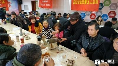 同熬腊八粥、聚会暖人心 志愿者陪近百名失独老人欢度腊八