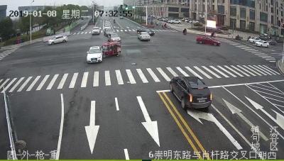 (视频)男子骑电三轮闯红灯被撞出车外受伤